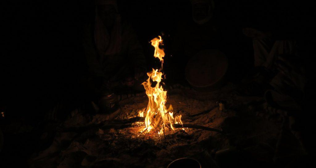 bendir , ambiance, feu de camp dans le sahara